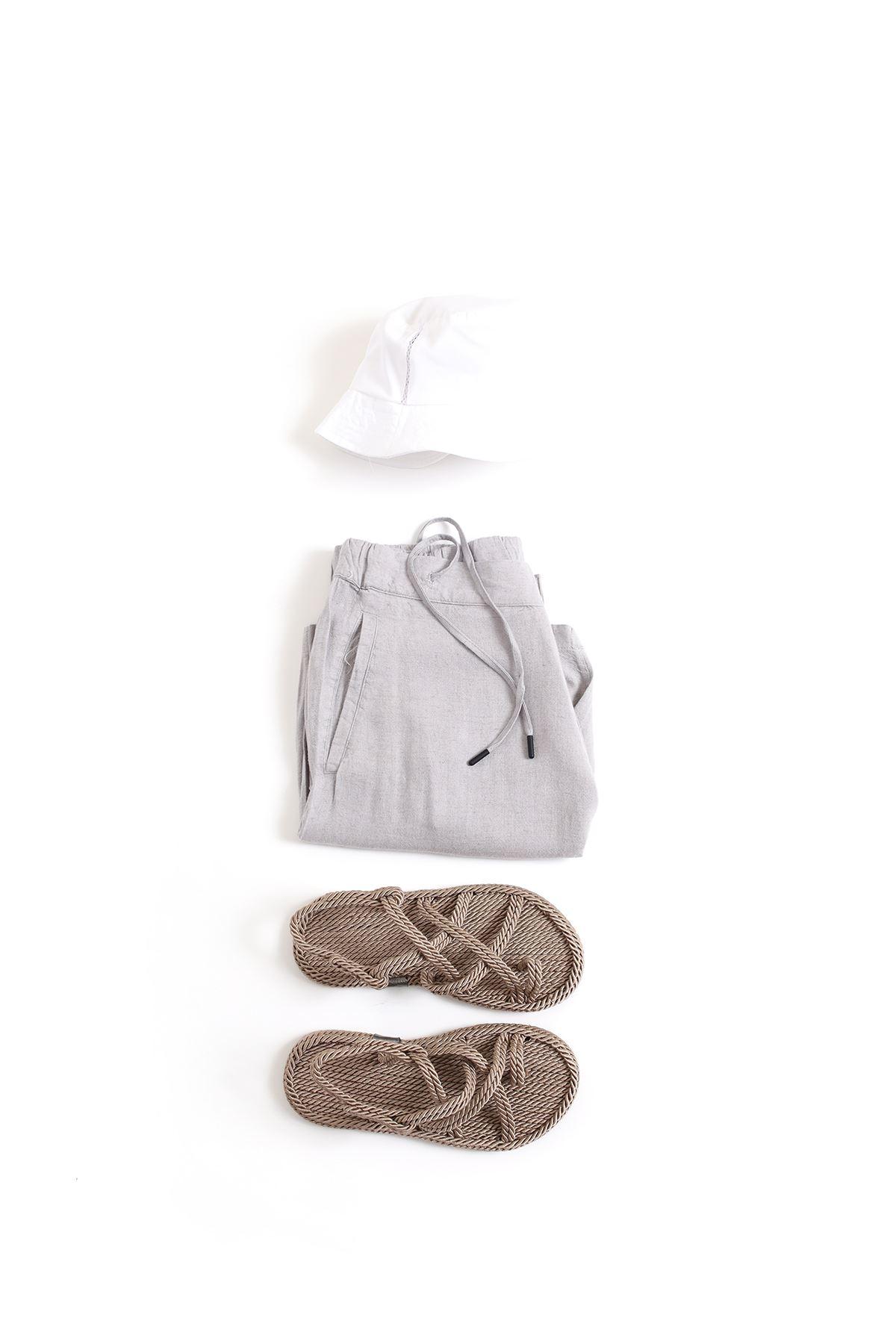 Beyaz Safari Bej Sandalet Gri Şort Kombin