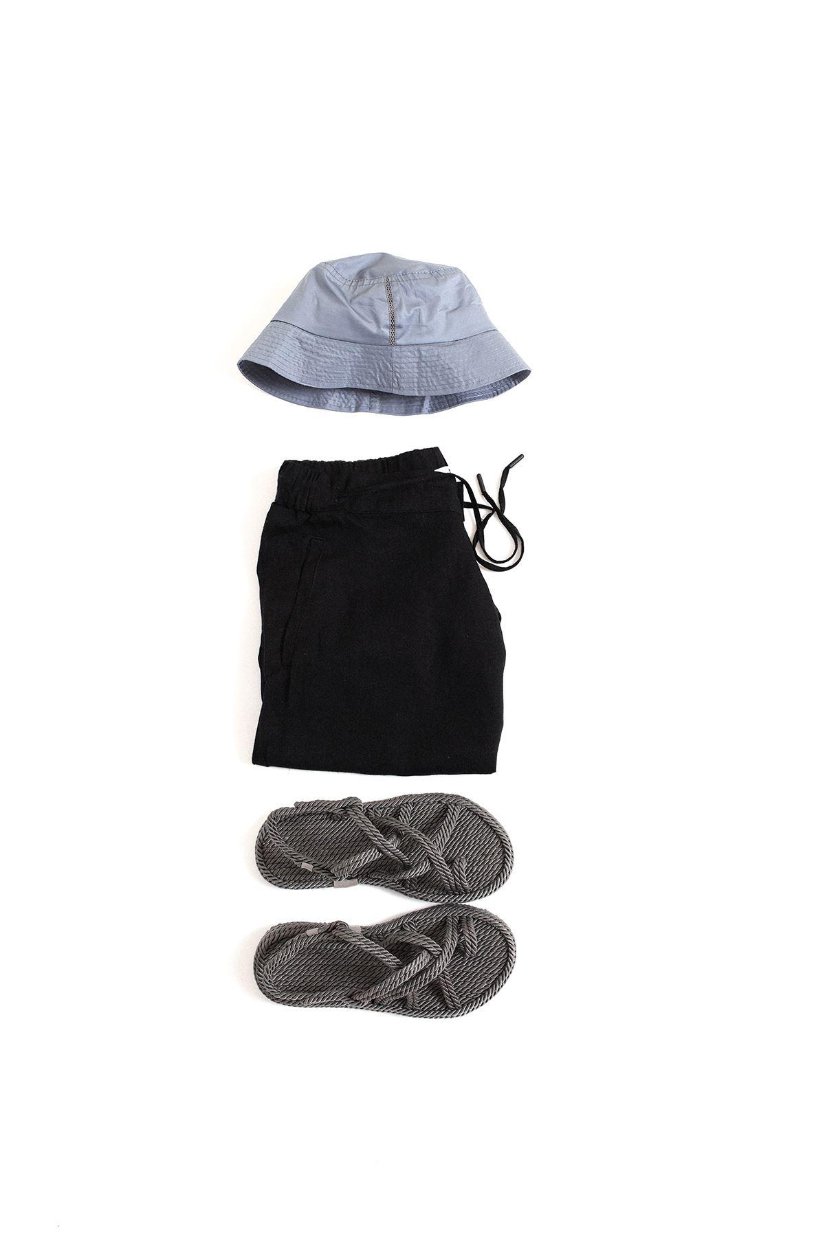 Mavi Safari Gri Sandalet Siyah Şort Kombin